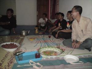 di dalam rumah Kang Jombloati, terlihat acara penuh dengan suasana riang, tampak di foto lagi pada ketawa......