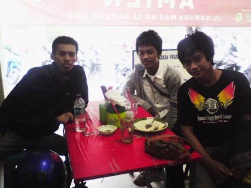 kiri - kanan : Nick69, Kentas, Adicuzzy difoto oleh yang punya warung :)